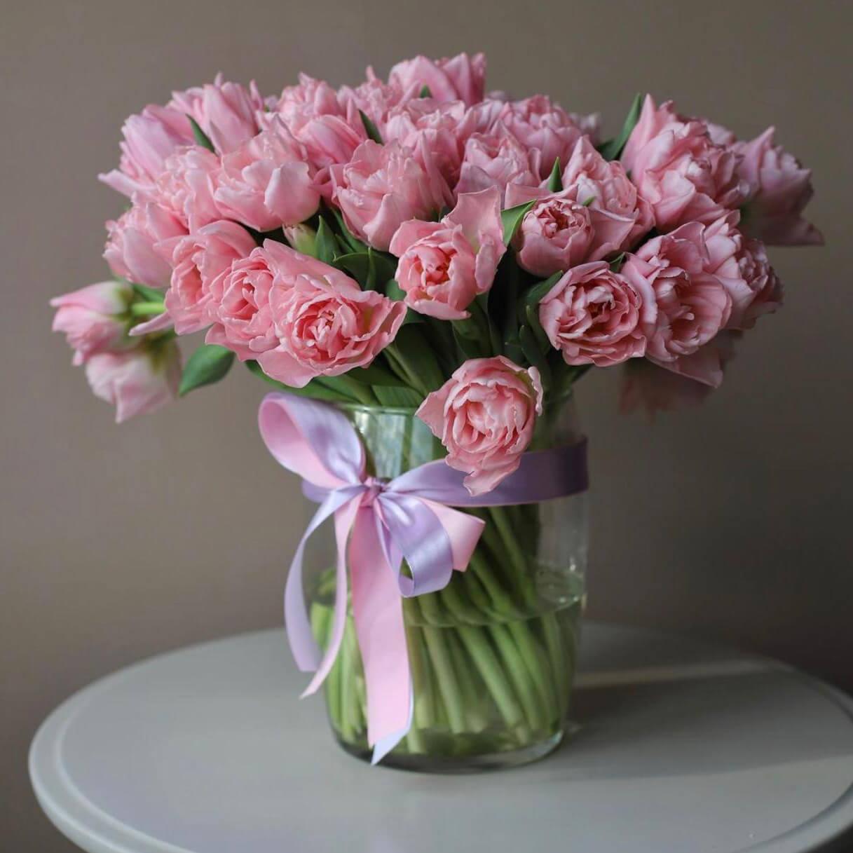 Розовые тюльпаны в вазе