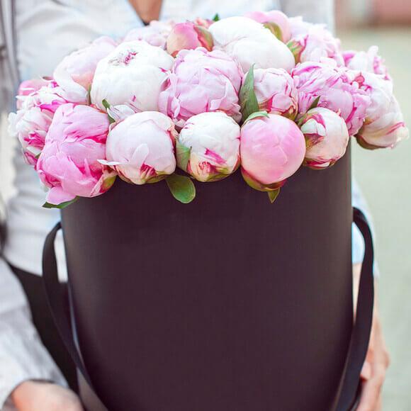 Букет 35 розовых пионов в коробке