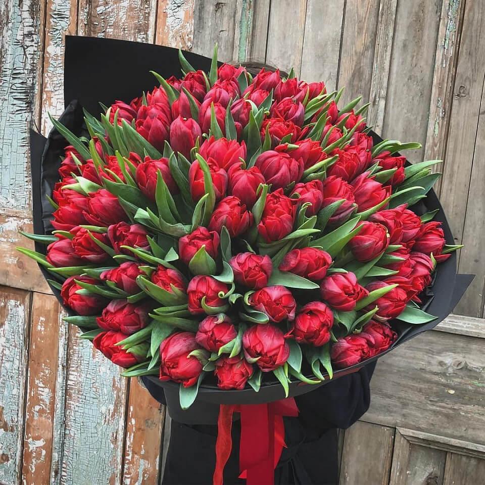 Букет 101 «Красный Тюльпан» Black