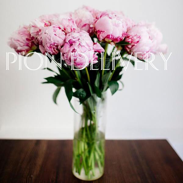 Букет 11 розовых пионов в вазе