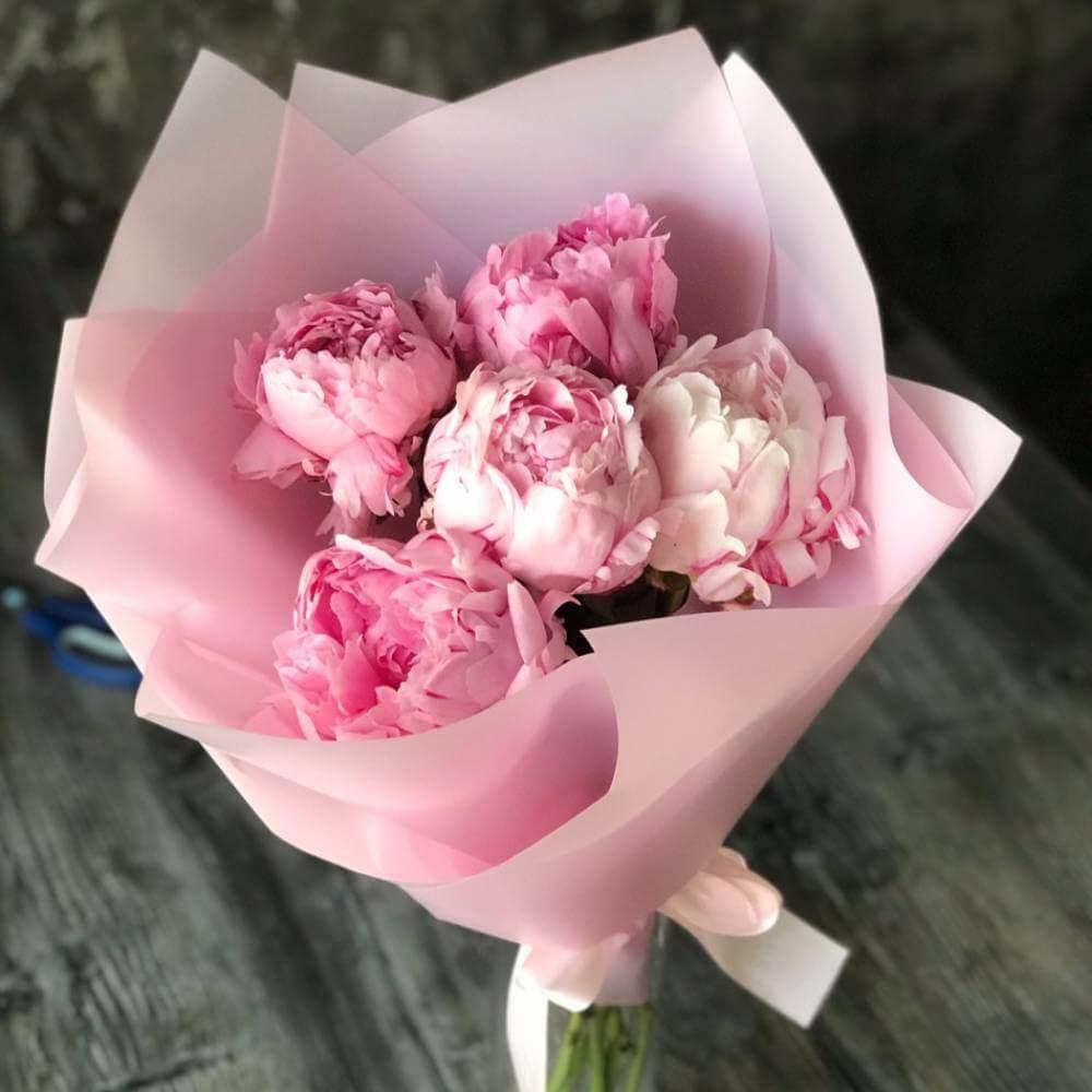 Букет 5 розовых пионов